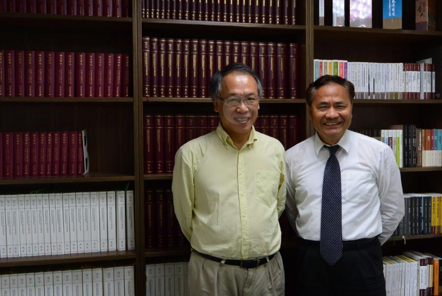 項潔教授(左手邊)與漢珍圖書羅總經理(右手邊)於訪談結束後之合照