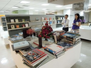 閱覽典藏孫組長介紹Learning Corner及藏書展示