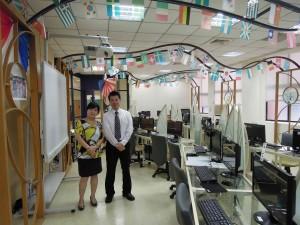 黃館長與訪談人在語言學習區