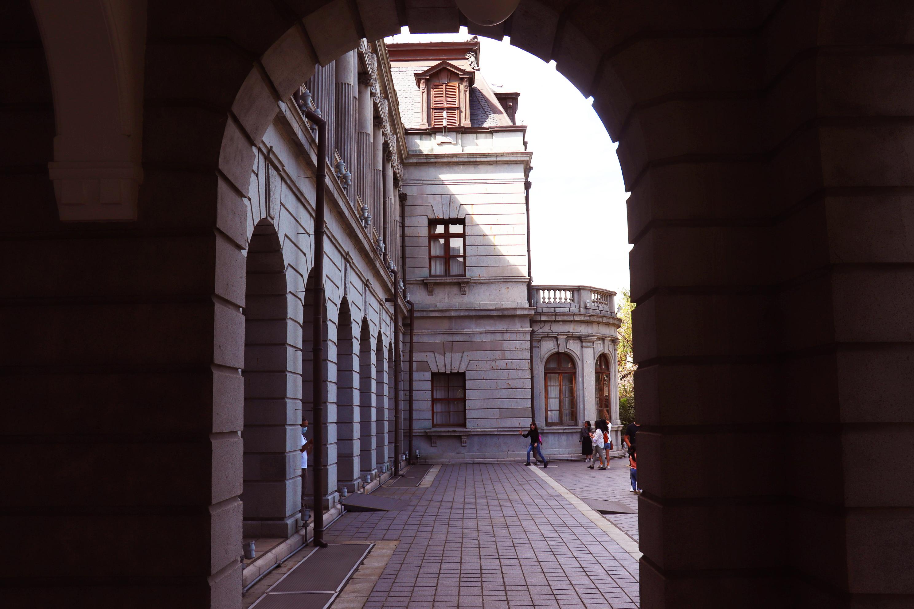 從側邊走廊往外看著後側建築。