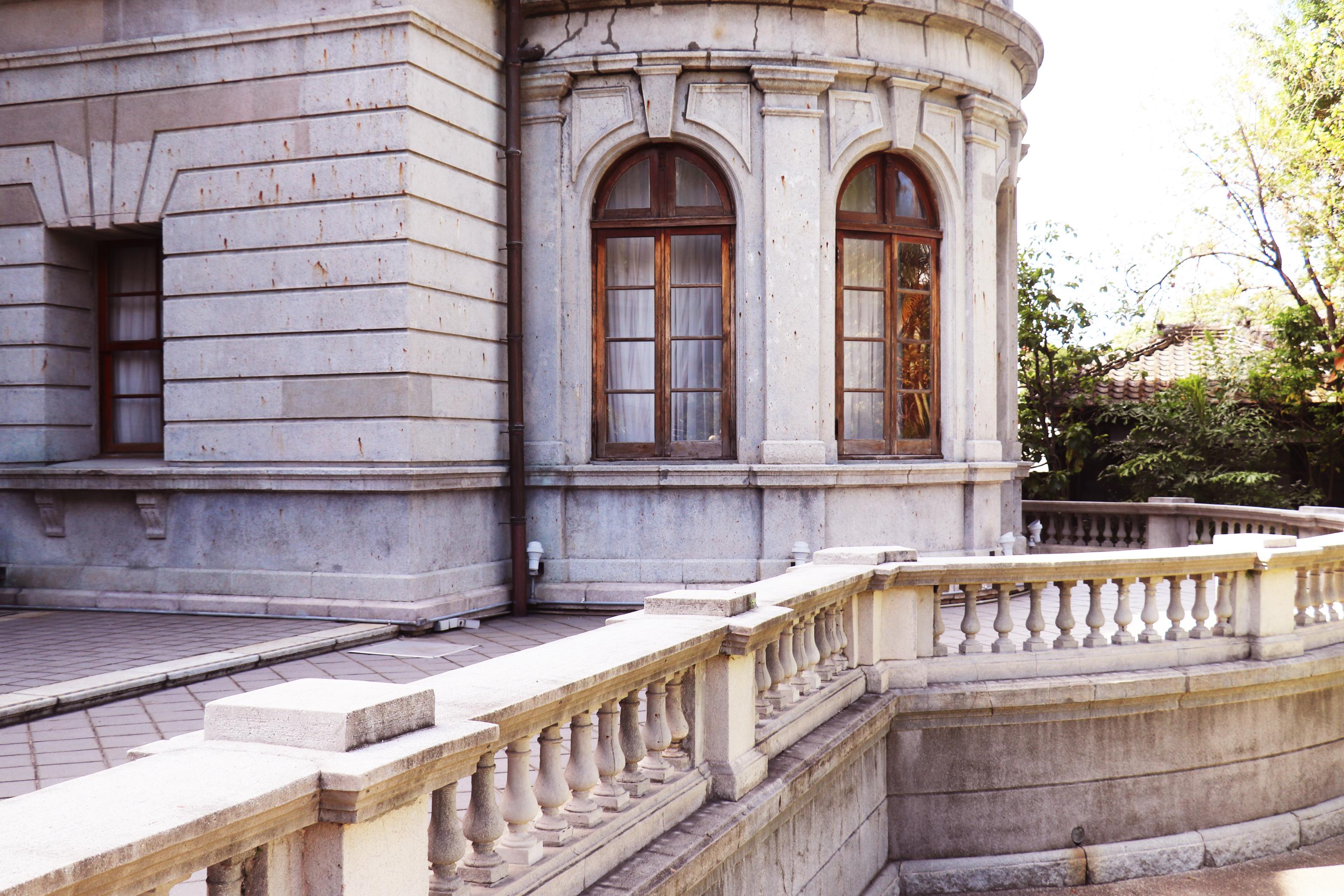 半圓體建築前的涼台。