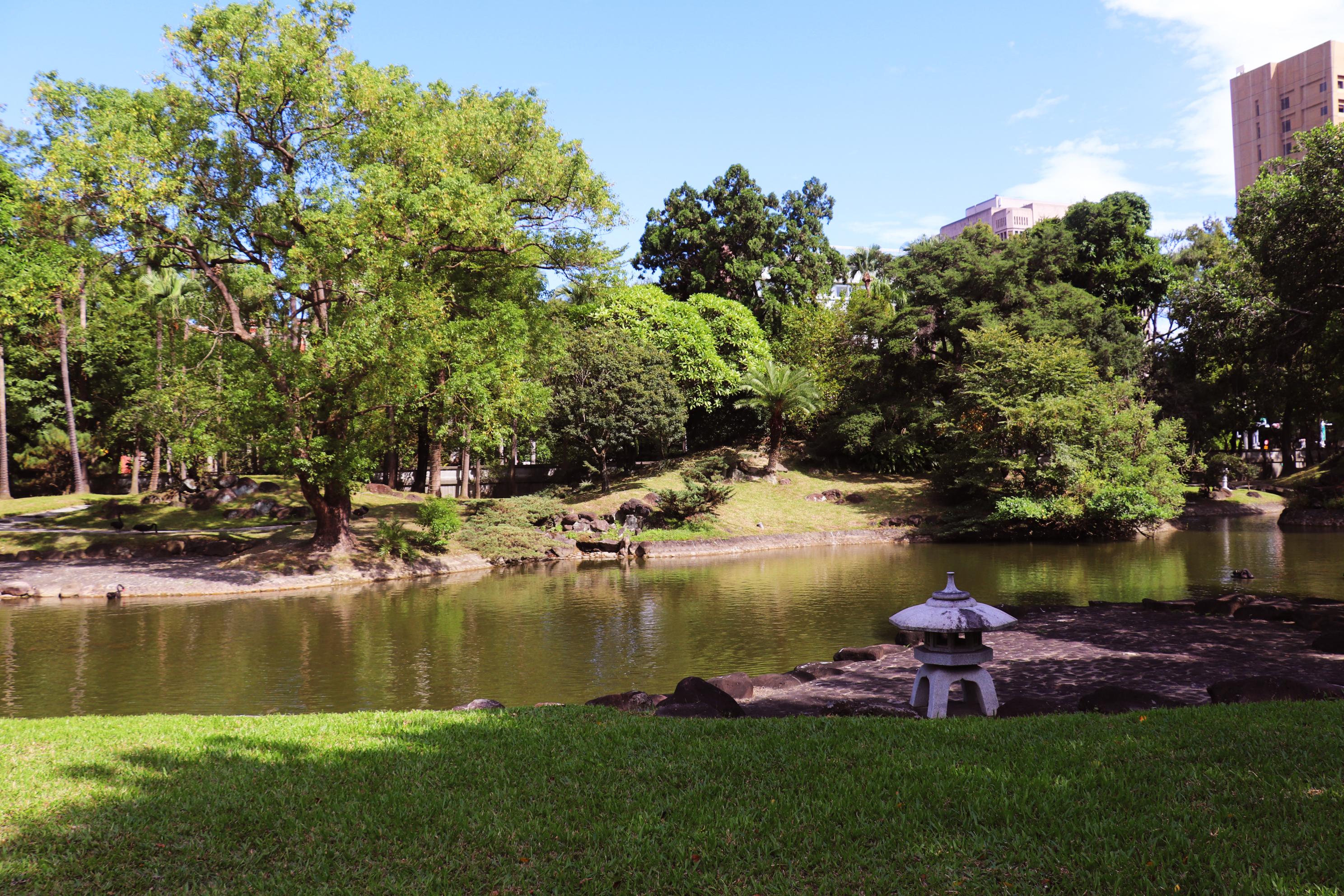 後庭院的水池。