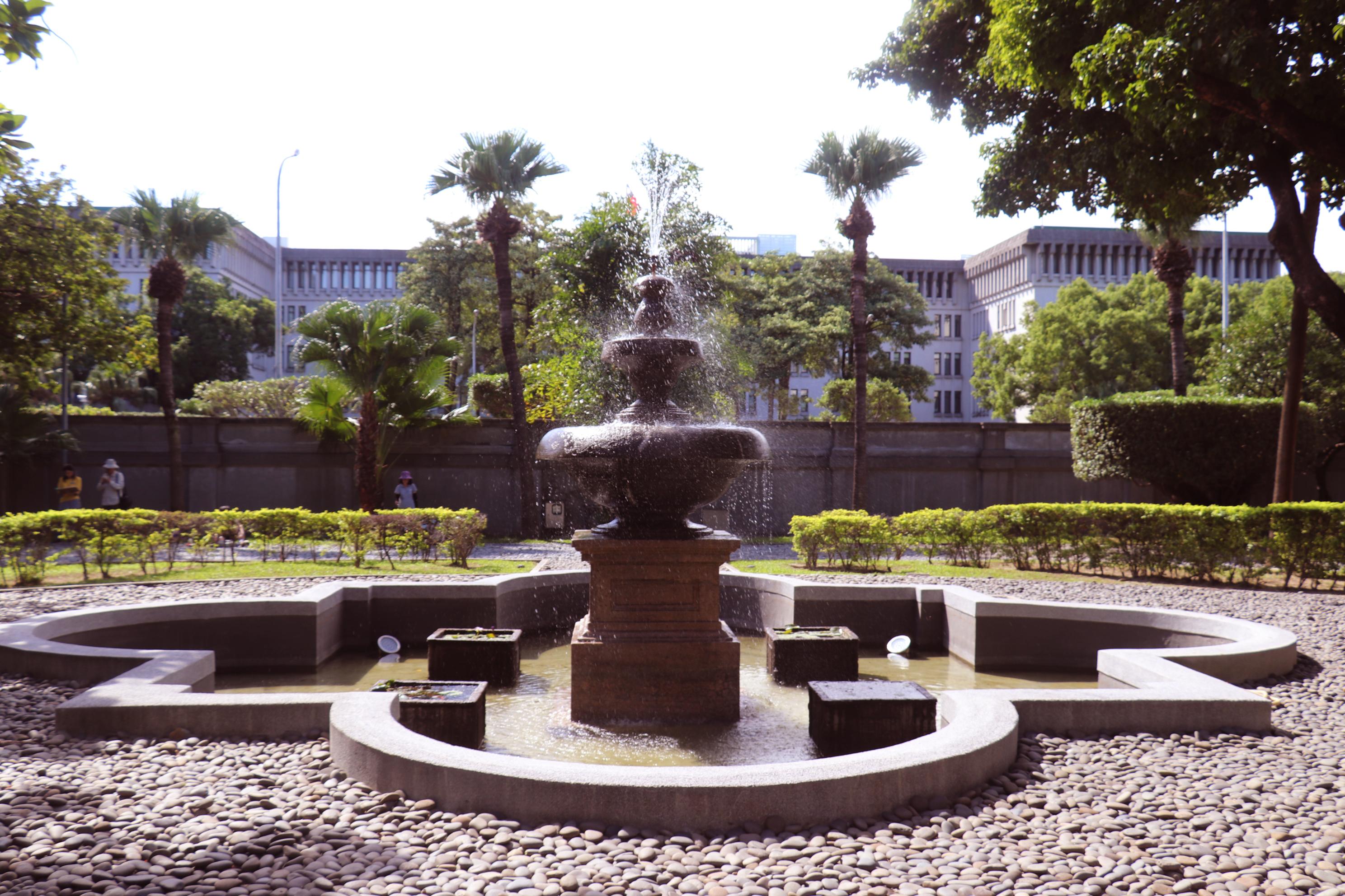 前方庭院的噴水池。