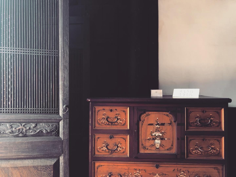 房間門口旁的花紋木櫃