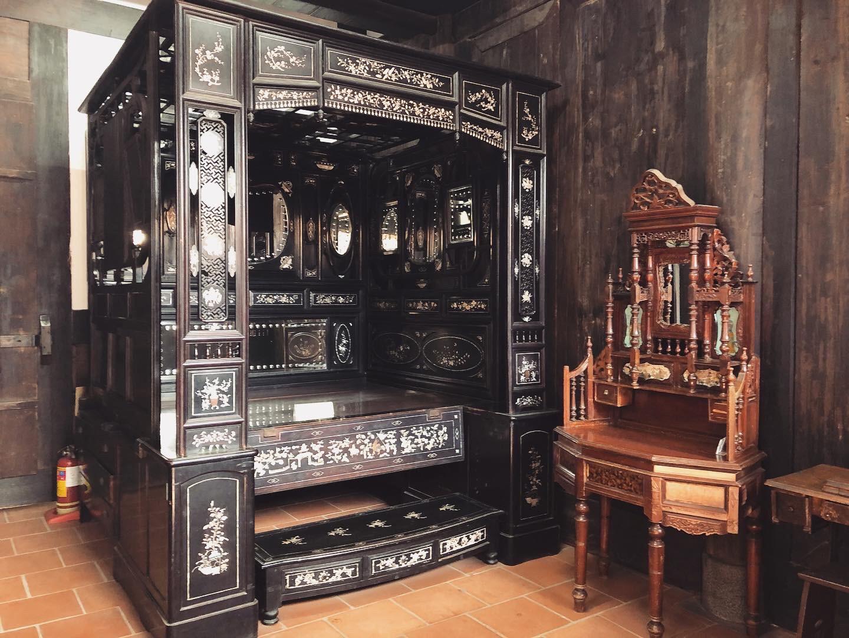 正廳左側房間擺放的床與梳妝台
