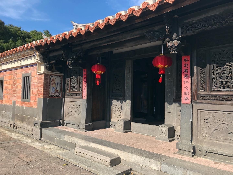 大堂的正門近景,兩側為凹壽三川門雕