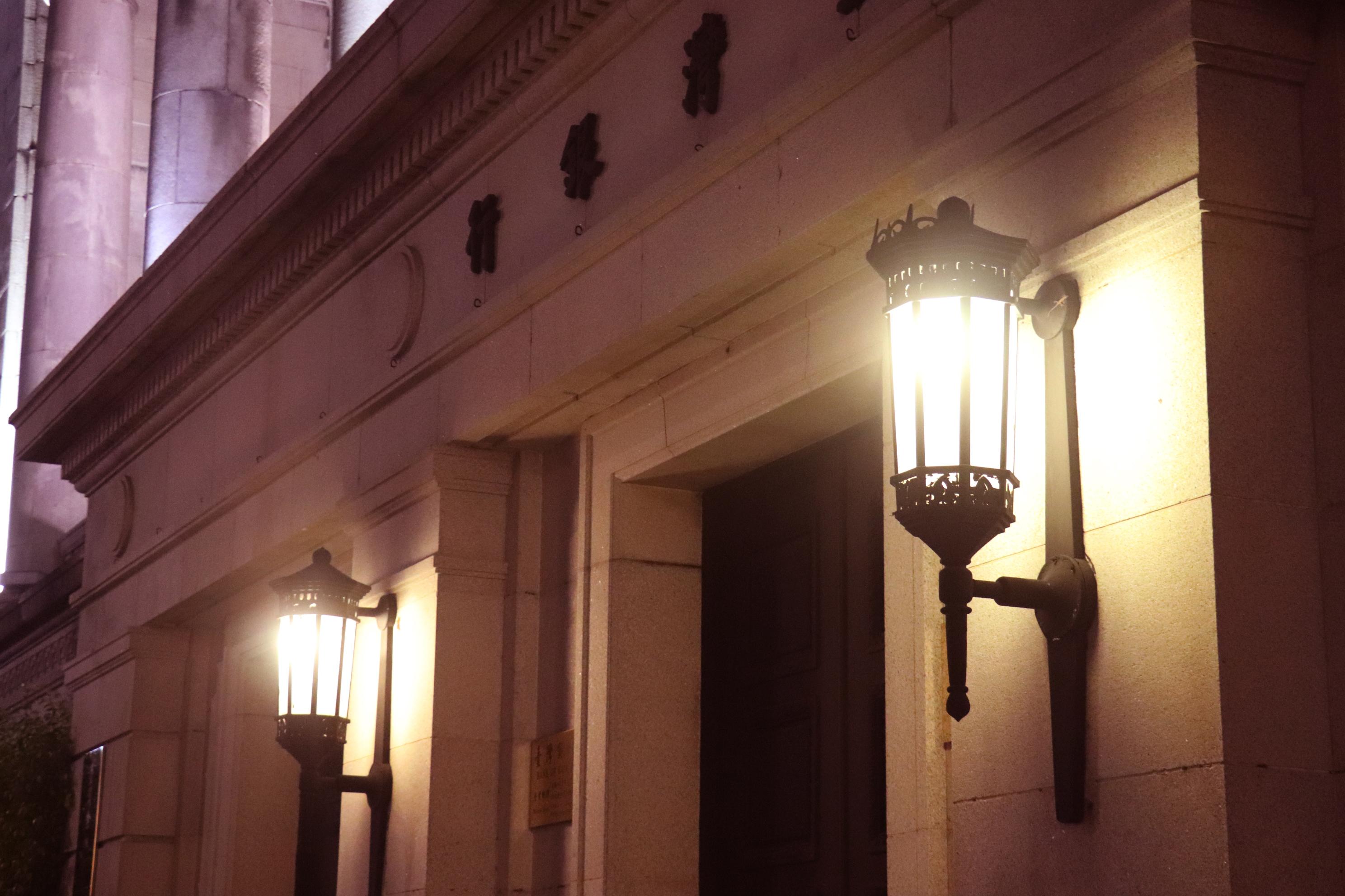 門口兩側的夜燈