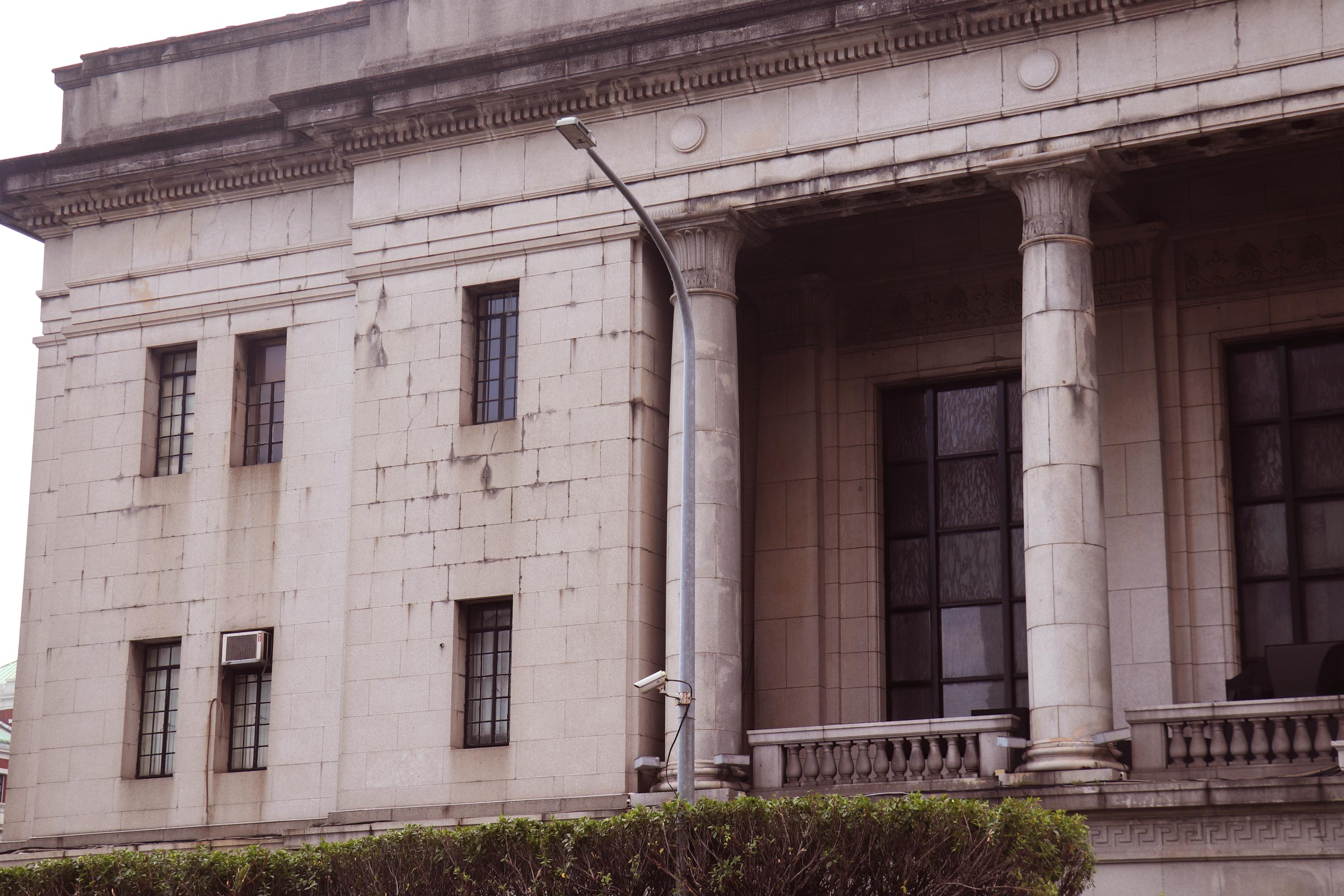 建築正面的柱子與兩側外牆