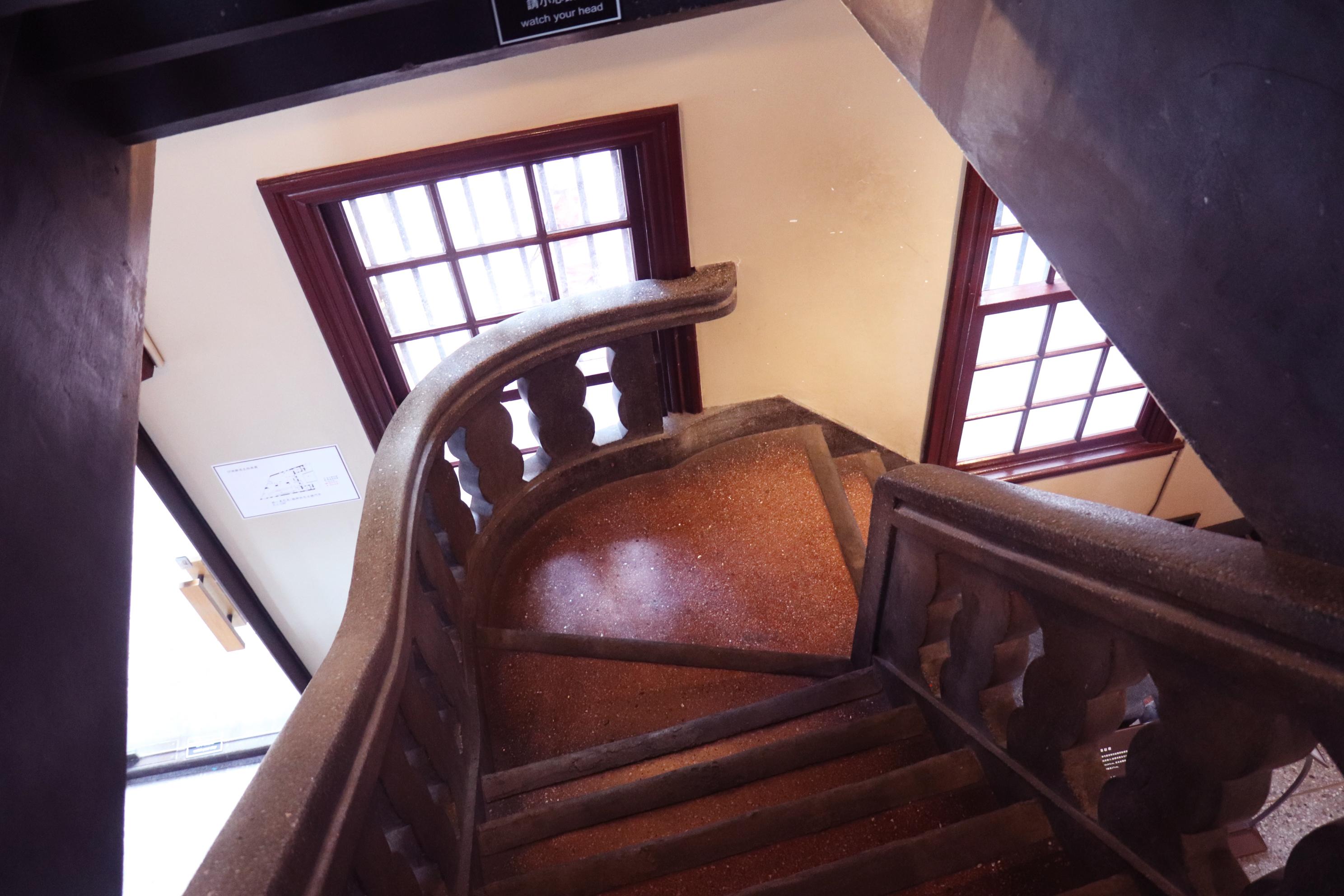 兩層樓間的小樓梯。