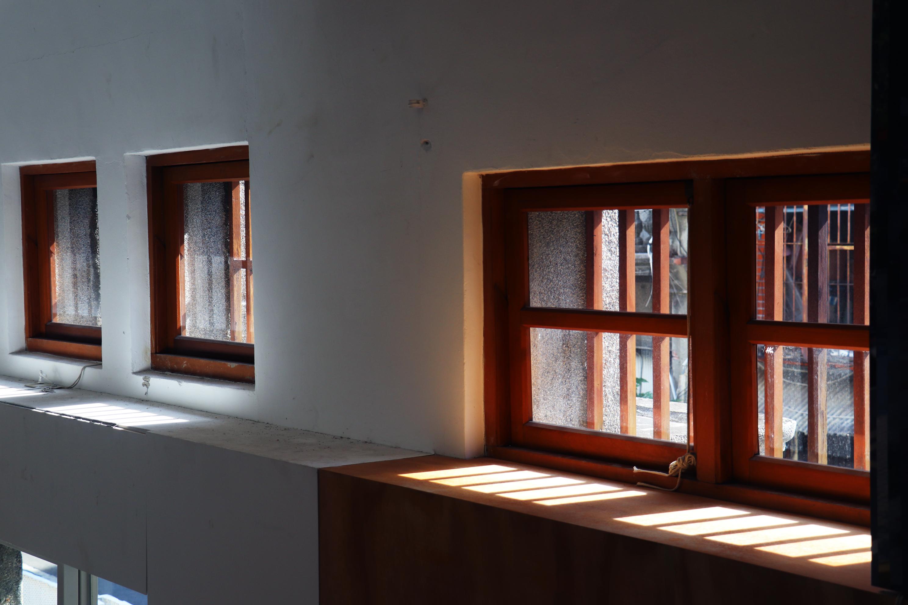 陽光照進入口上的窗台。