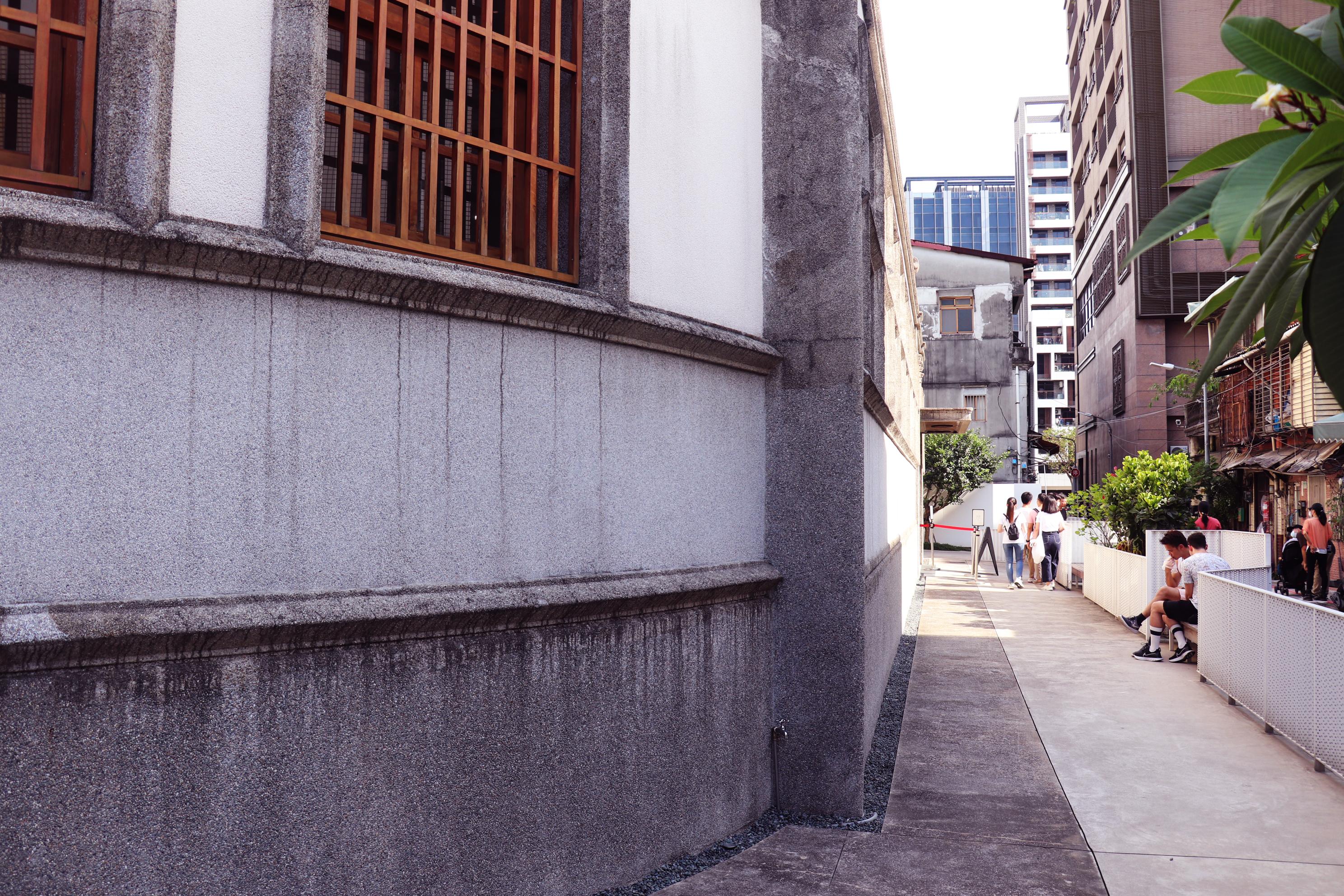建築側邊的走道。