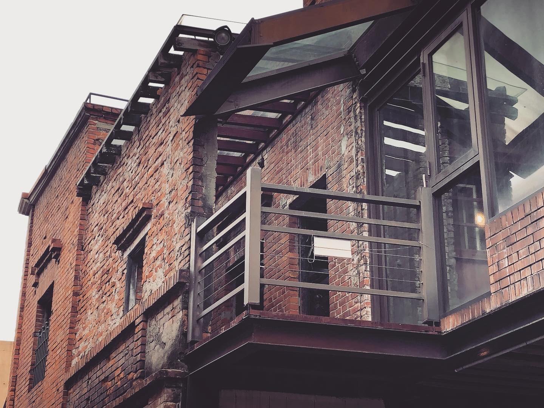 二樓陽台運用了玻璃作為建築間的銜接面。