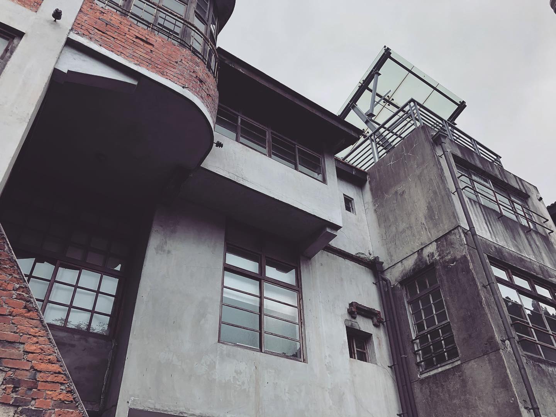 右側二樓與三樓的外貌比較近代。