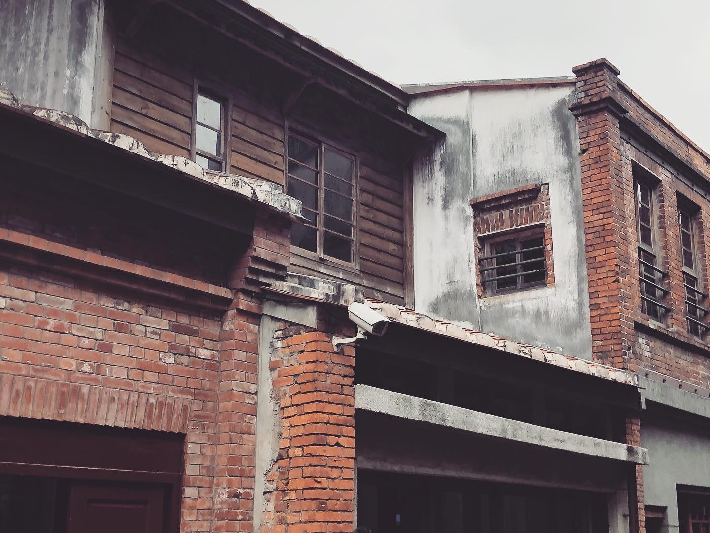 二樓的日式木造窗戶與牆面。