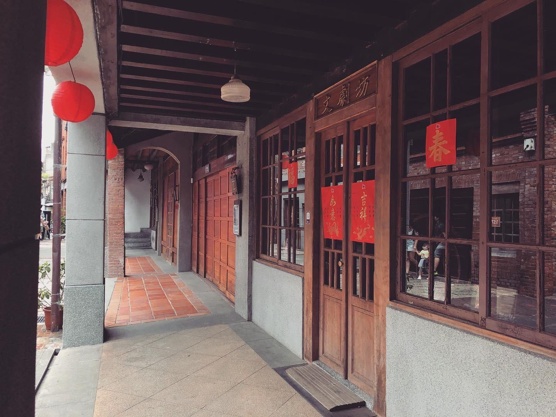 每棟建築前相連的走廊。
