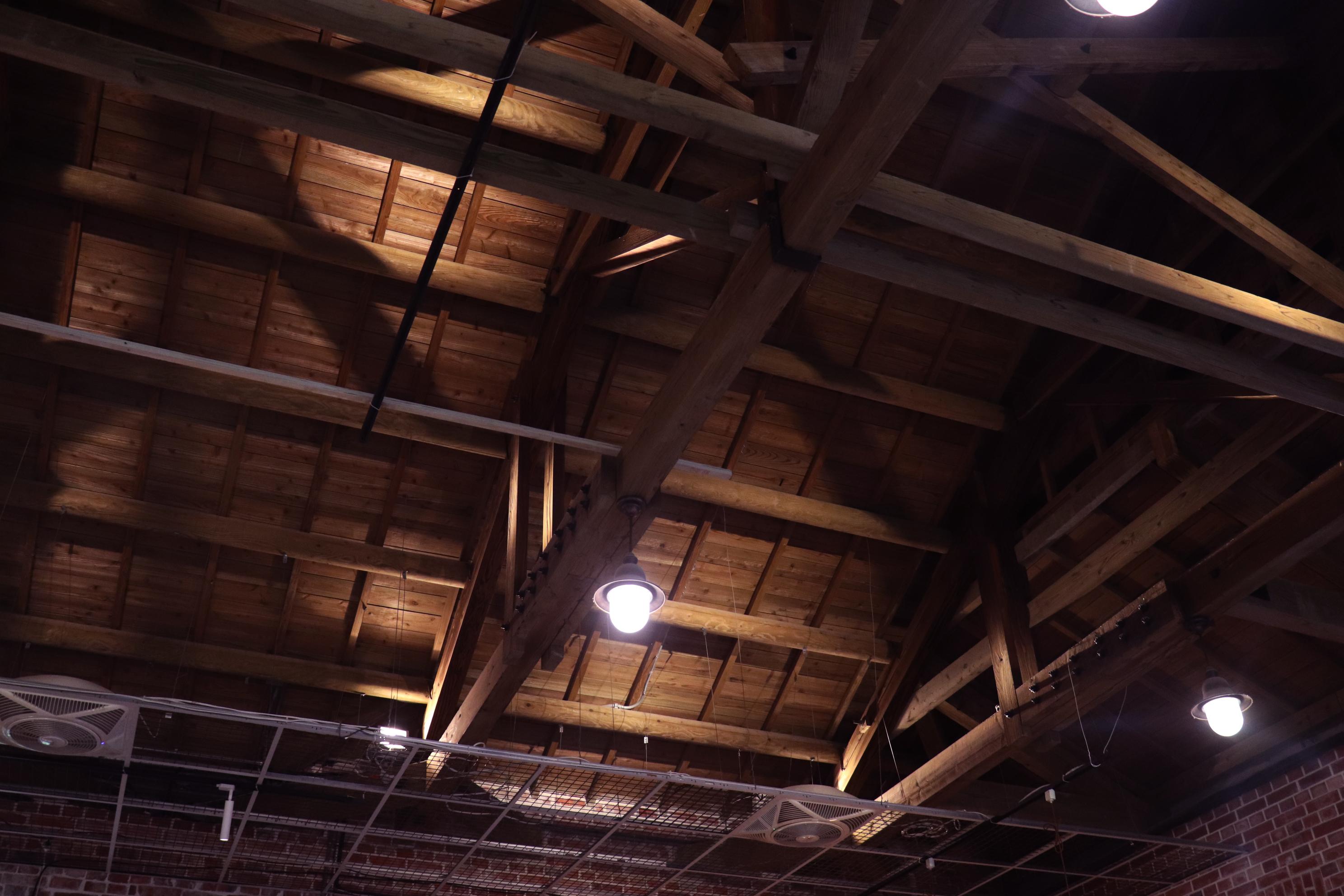 會館室內的木造屋檐。