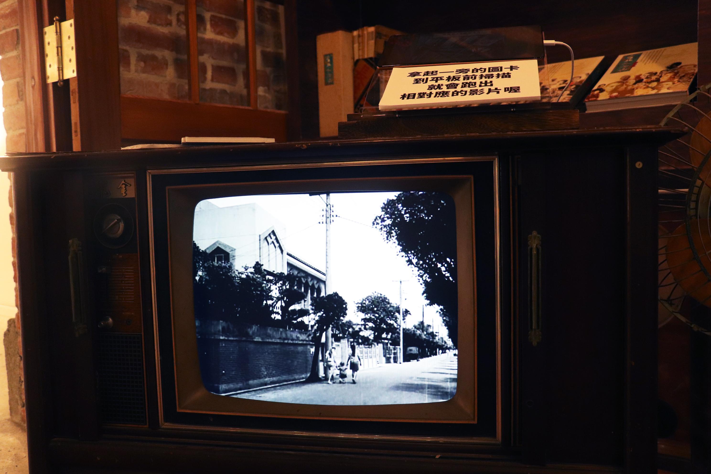 仿舊電視播放著以前的黑白影片。