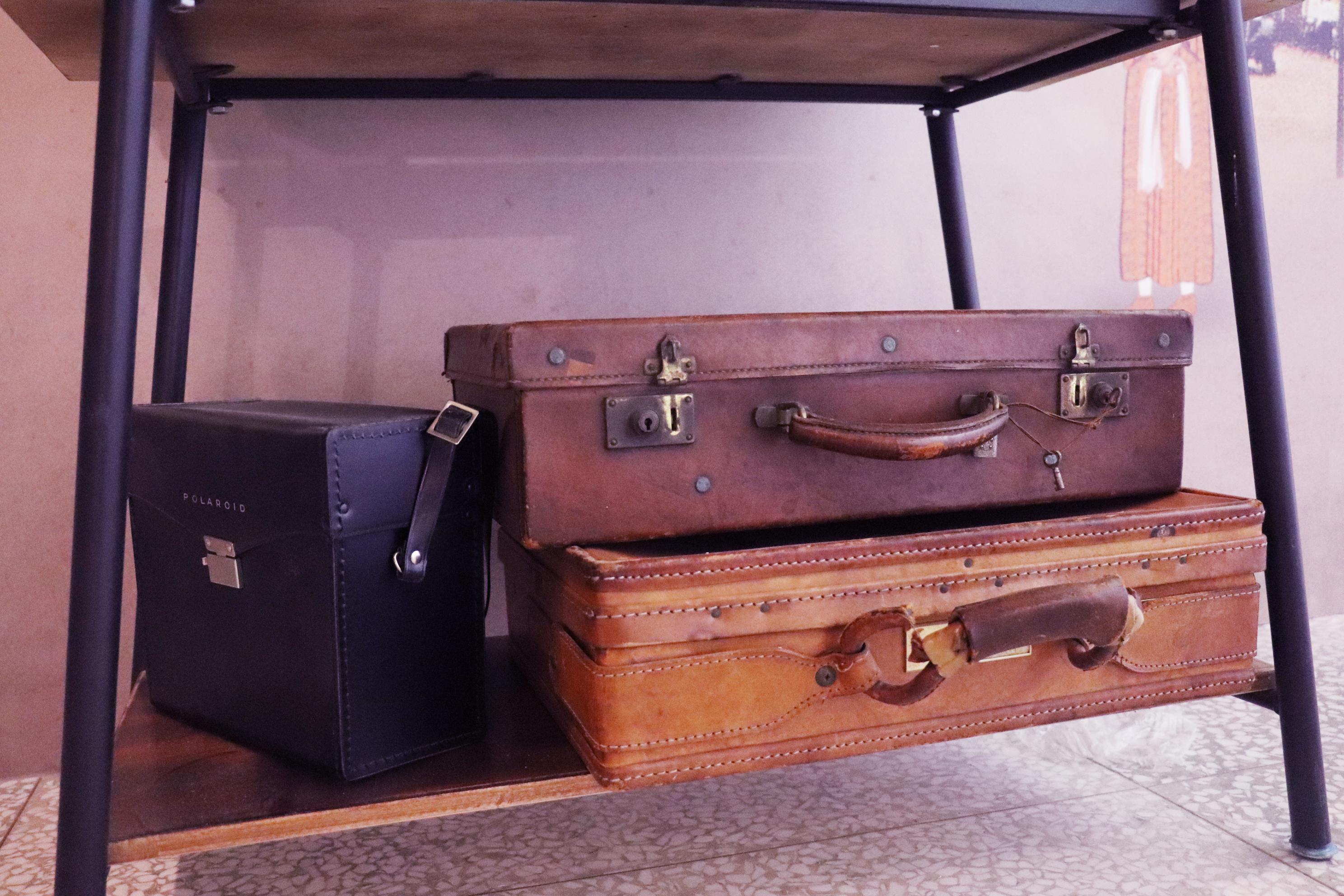 舊式行李箱。