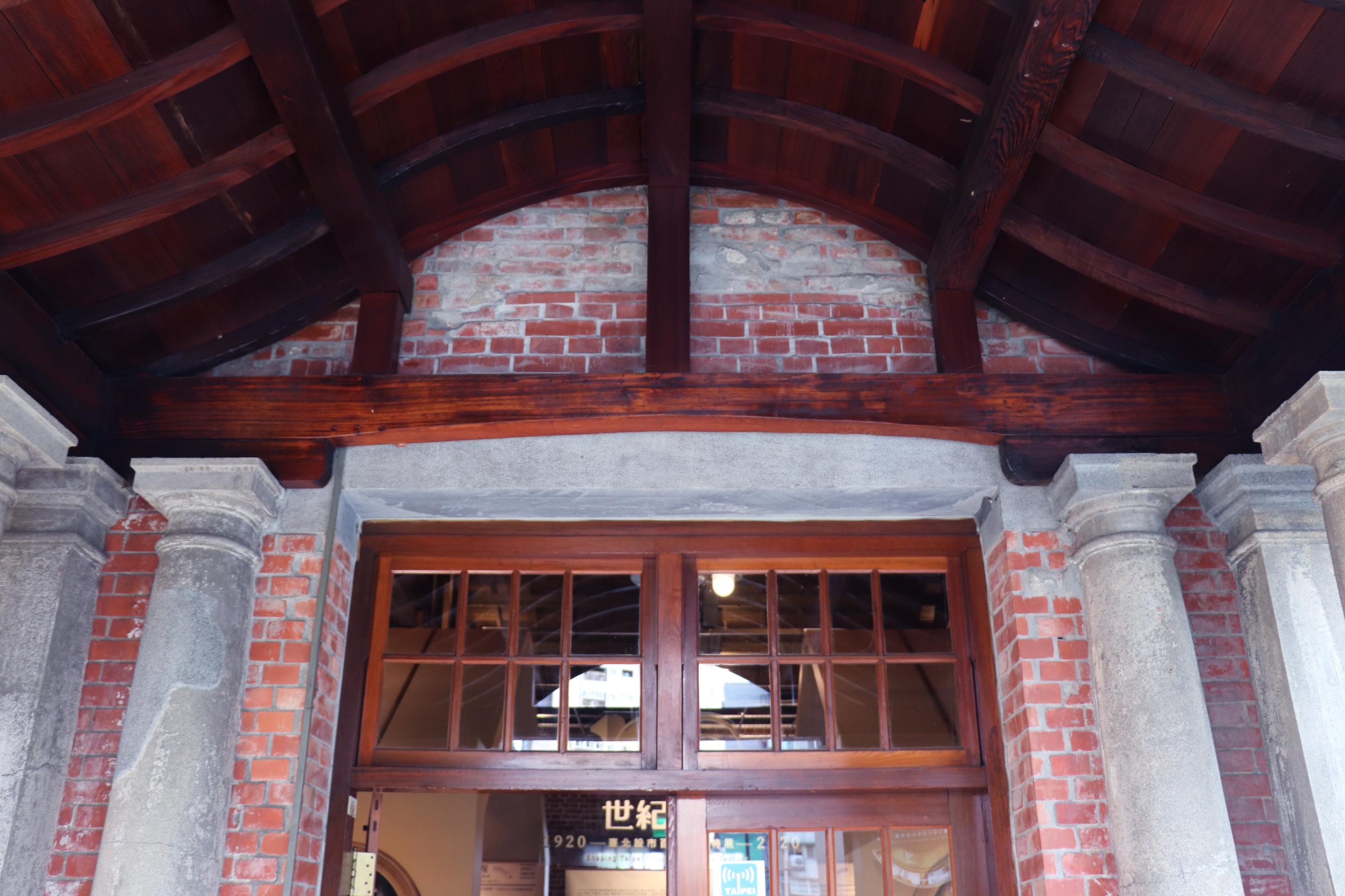 會館入口的屋簷。