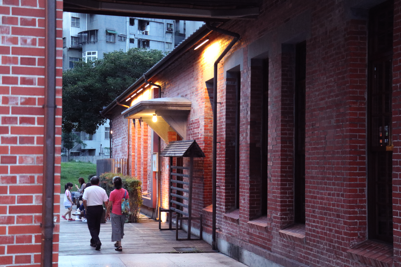 建築之間的通道,會通往會館後方。