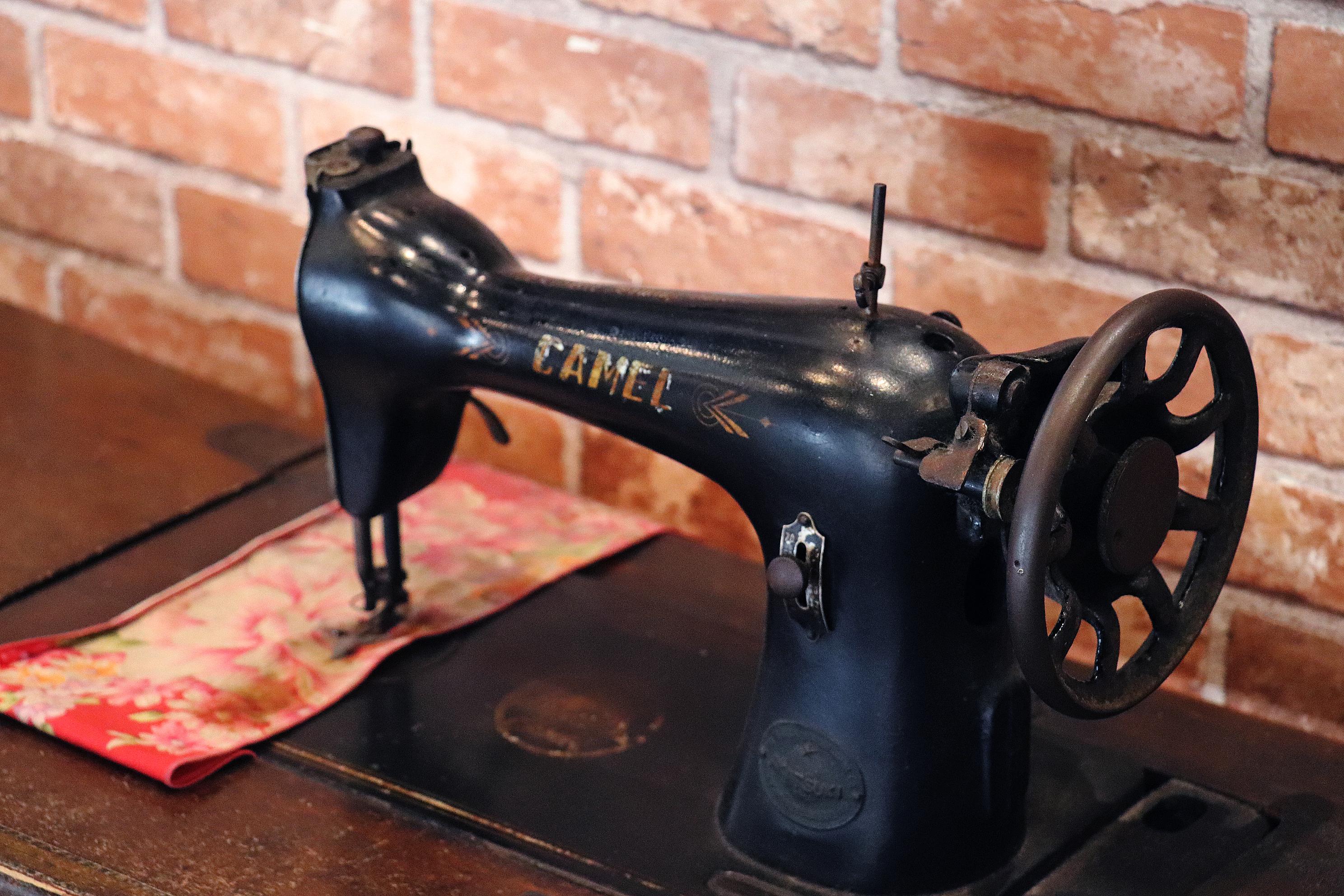 走廊邊裝飾著古早縫紉機。