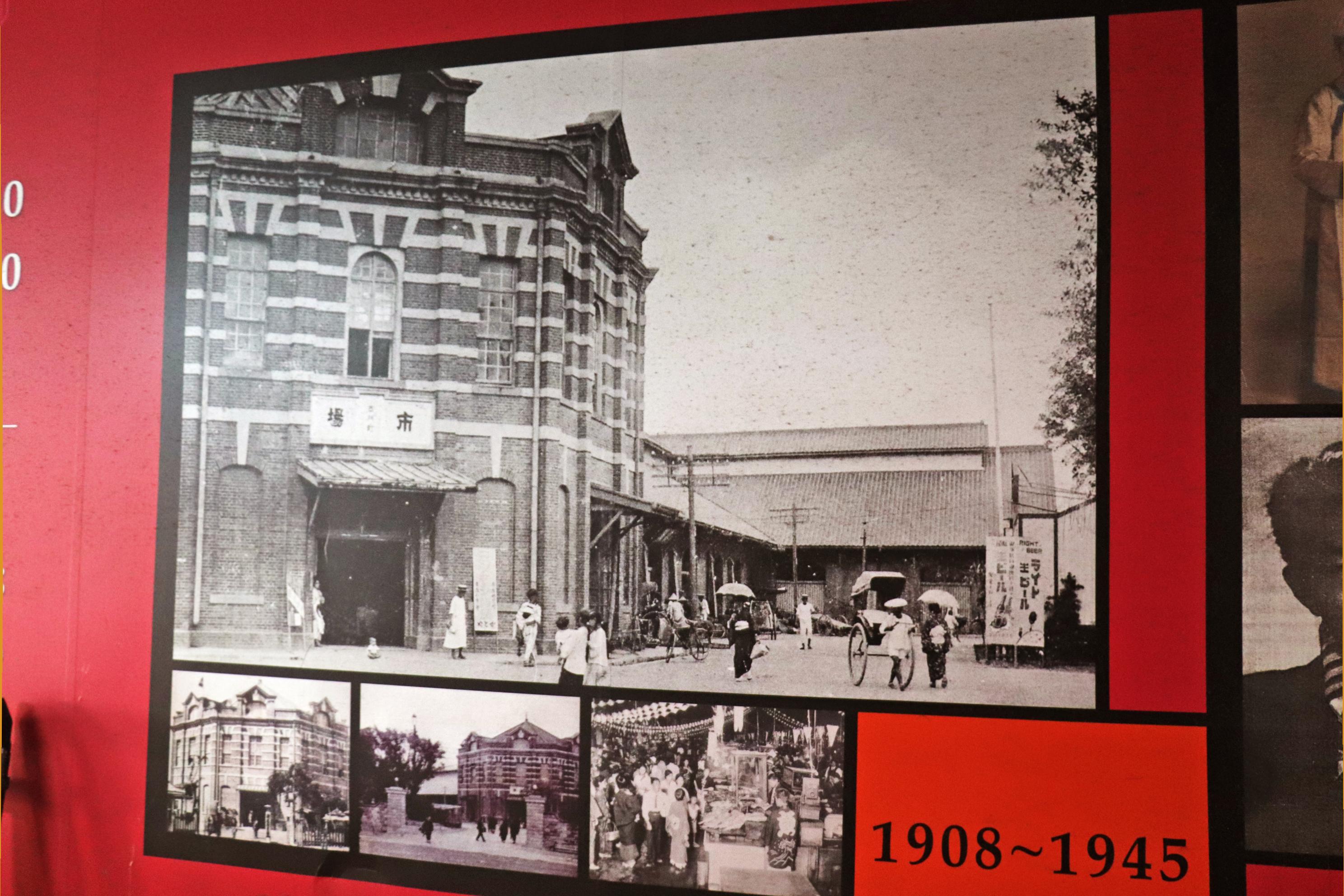 紅樓右側巷子內,展示了關於紅樓歷史的介紹,圖為西門紅樓的老影像。
