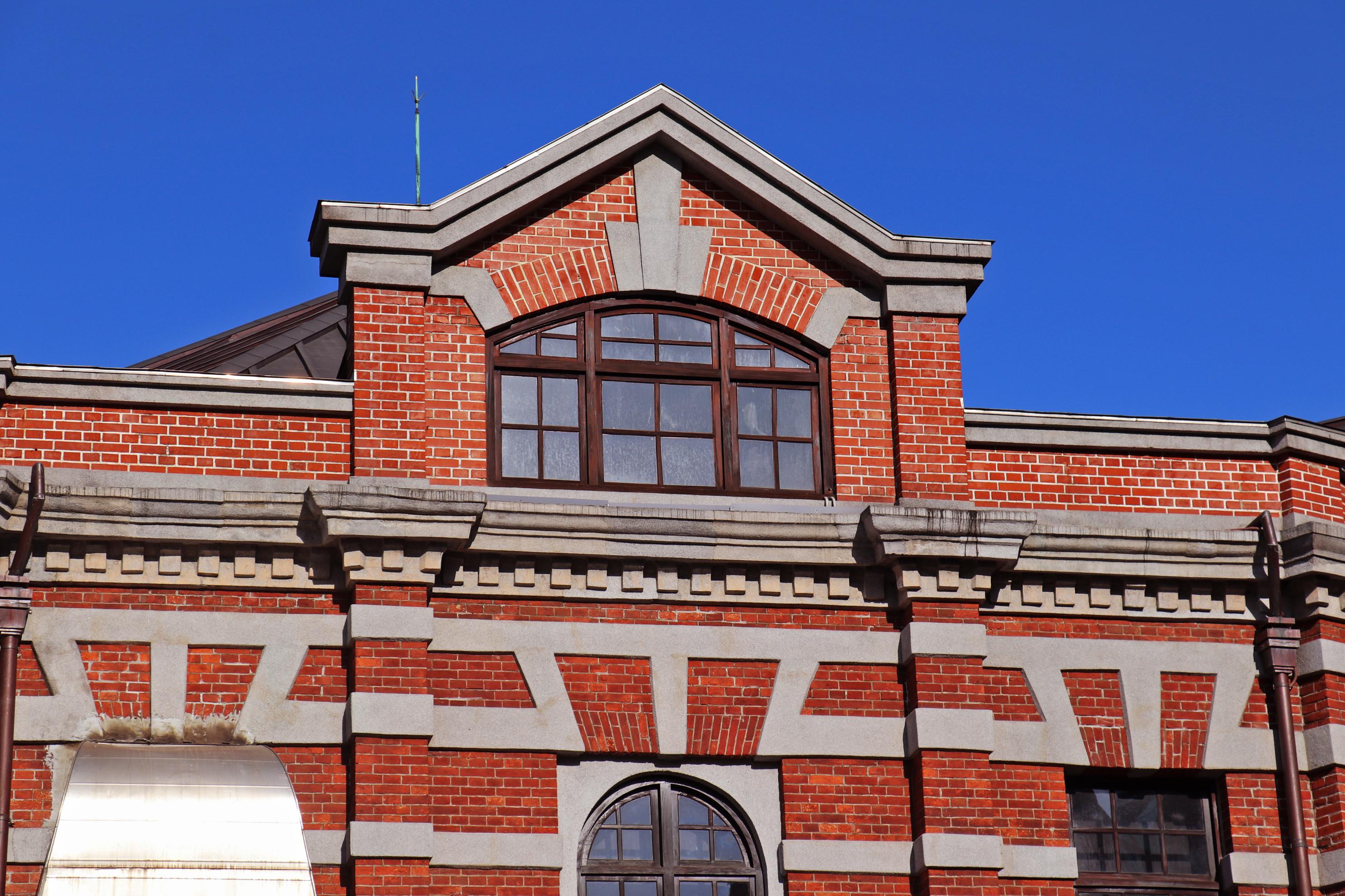 紅磚山牆上的窗戶設計。