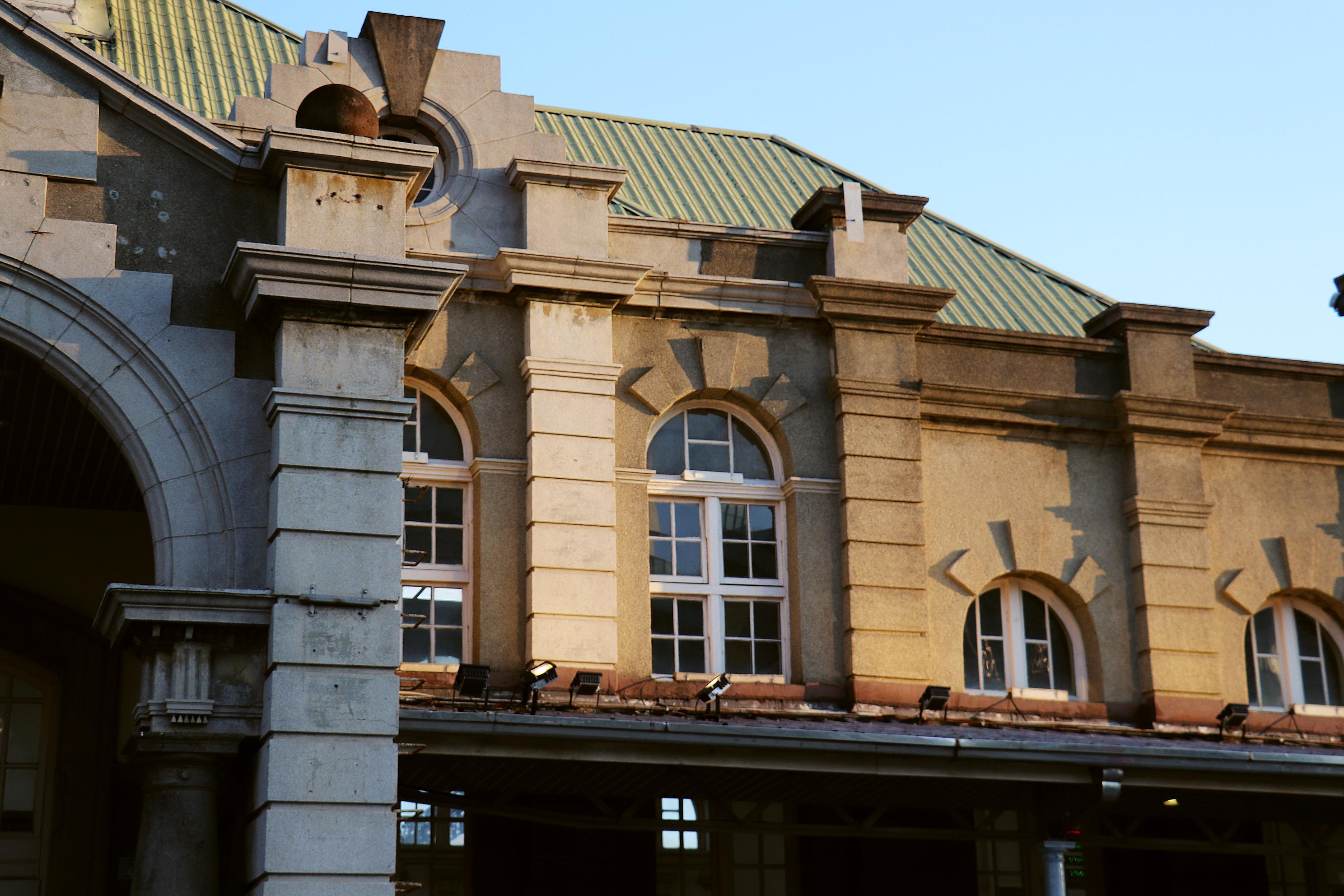 車站兩側的窗型設計。