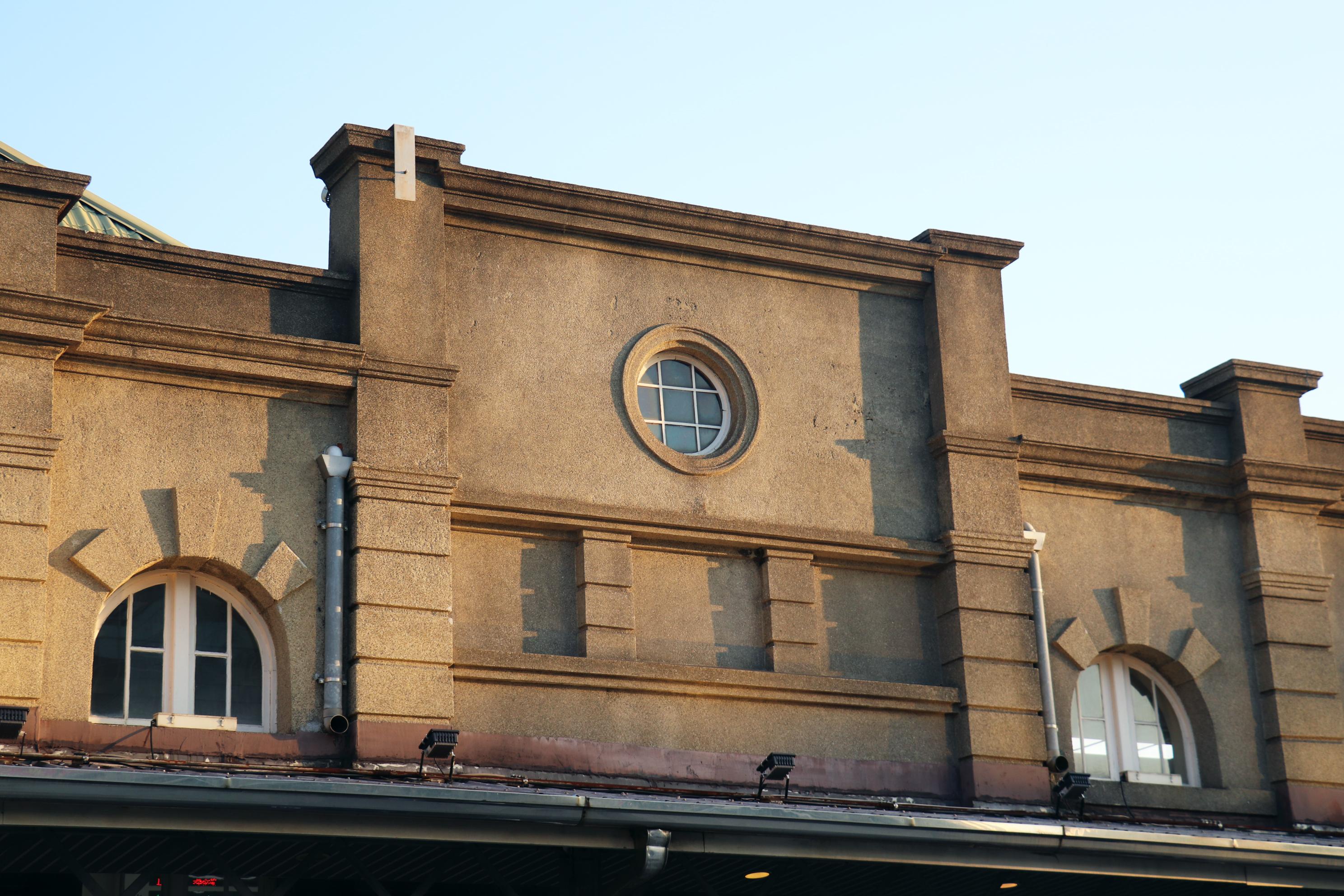 方形山牆上的圓形窗戶。